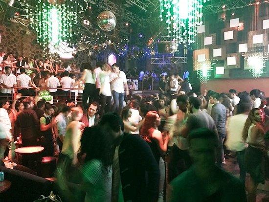 la-gente-bailando-hasta
